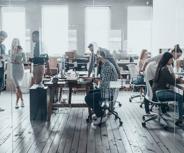 diverse workforce at office 750x500 600x500 - راهنمای نهایی برای بازاریابی اینترنتی
