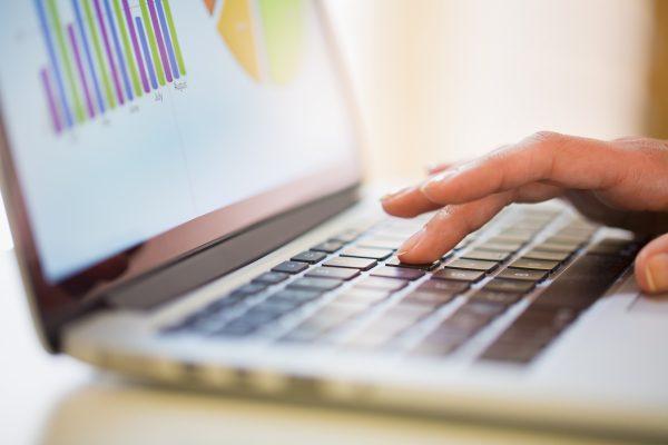 Laptom small 600x400 - چگونه یک عنوان عالی بنویسیم ، و چرا مهم هستند؟