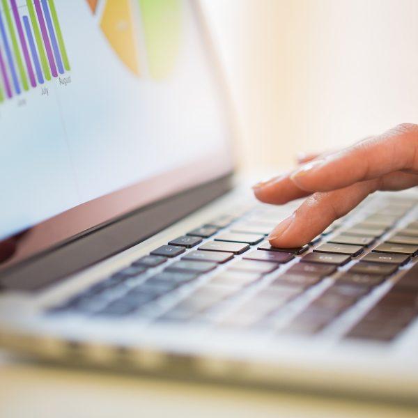 Laptom small 600x600 - چگونه یک عنوان عالی بنویسیم ، و چرا مهم هستند؟